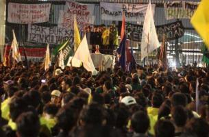 Anak muda melancarkan protes di hadapan DPR Indonesia