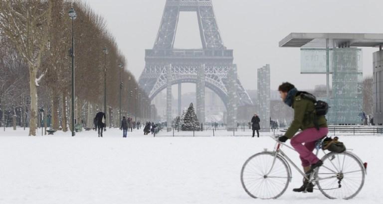 Biker-snow-eiffel-tower