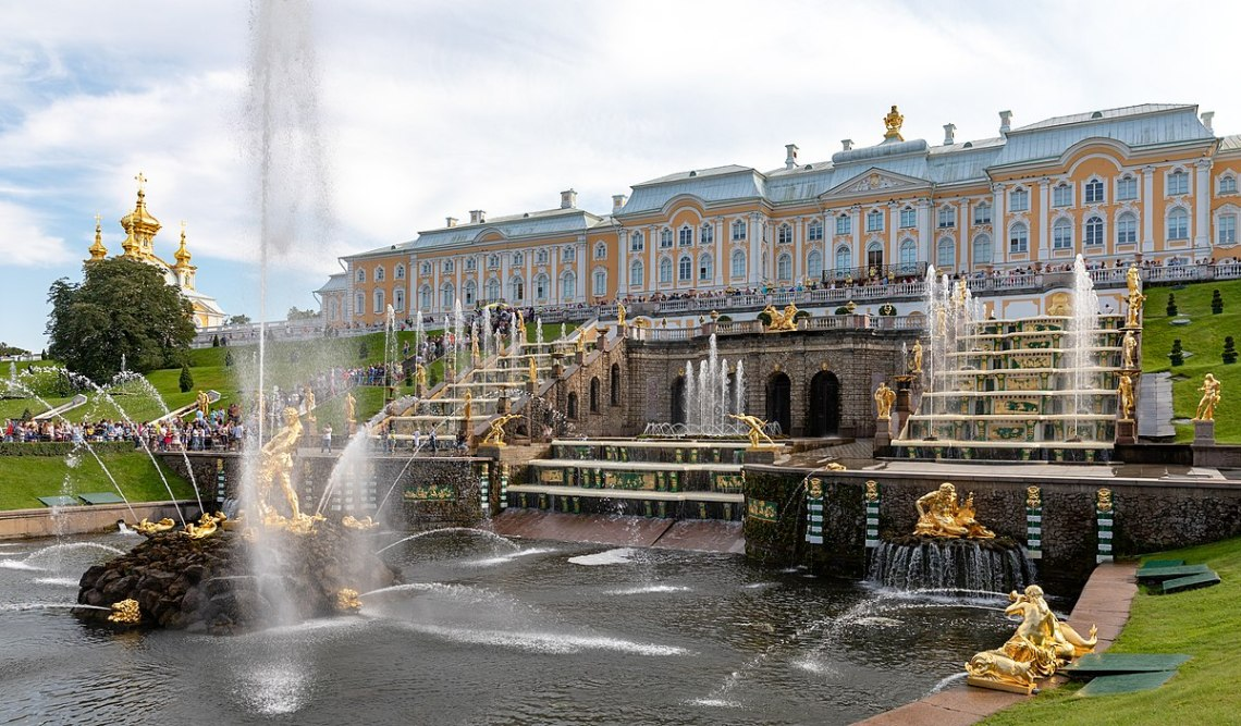 1200px-Peterhof_Palace2C_Saint_Petersburg2C_Russia_284440893829529
