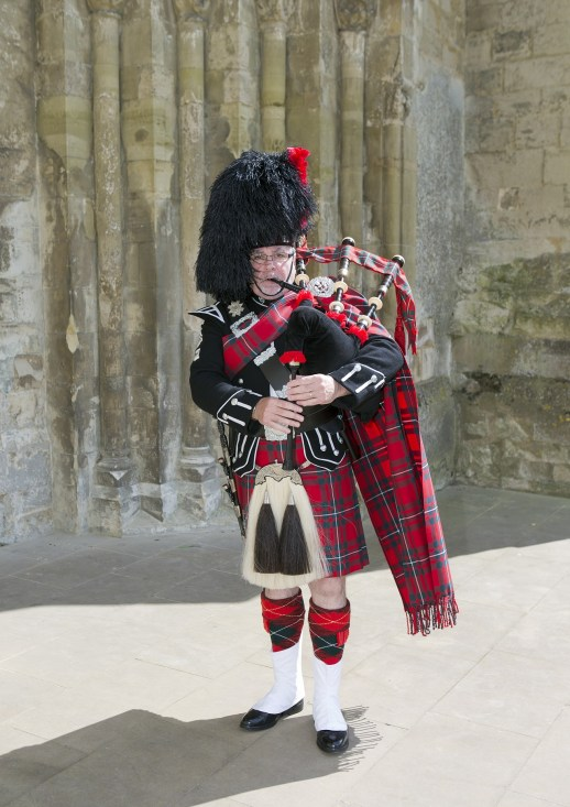 scottish-piper-771037_1920