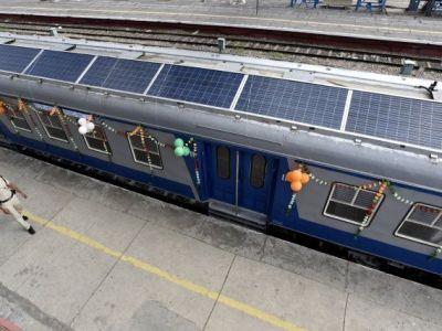 El primer tren con paneles solares de La India ya está en marcha