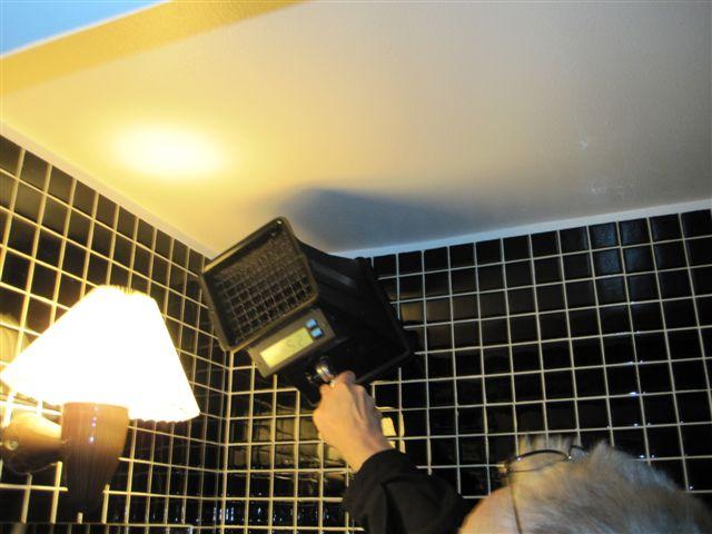 Kontroll av  luftflöde i en av toaletterna.