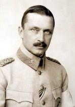 Sotatoimet: Ylipäällikkö ratsuväenkenraali Carl Gustaf Mannerheim.