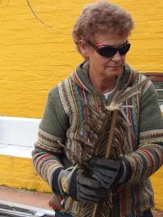 Cinzia prepare l'asado a Marindia.