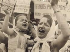 Un'opera della fotografa Adriana Lestigo dedicata alle madri di Plaza de Mayo