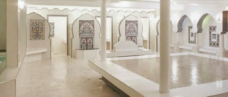 Hammam Le Pacha: Salle tiède, dalle tiède au centre de la pièce, où on s'allonge pour se relaxer et papoter entre copines, au fond les cabines de douche et les salles de gommage