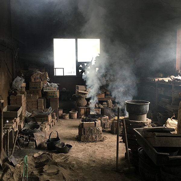 蠟型鋳造法では鋳型を焼き、脱蝋と同時に鋳型の焼き締めをする。鋳型の大きさや数に合わせ都度竈を築く。