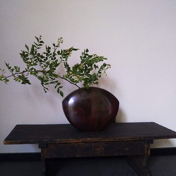 斑紫銅の花入れと、江戸時代に寺子屋で使われていた文机。150年以上の年の差だが、まるで旧知の如く。