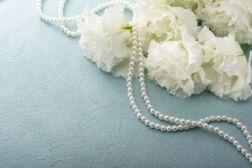 葬式の席でつけても良い正式な真珠のアクセサリー和装が主流であった日本古来の習わしとして、葬儀の場ではアクセサリーは基本的に禁止でした。