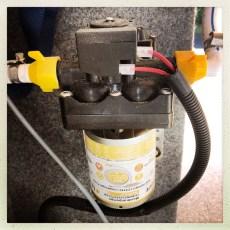 Was soll ich sagen, alle Ventile, Pumpe und Boiler sind DICHT. Mei ich konnte es gar nicht glauben! YES thank YOU! ENTLÜFTEN: Nun erstmal das ganze System entlüften, den Boiler volllaufen lassen (-:)) •YES die II.: Okay das Wasser schnurrt nun wie ein Kätzchen und auch mit einem fantastischen Druck, aber kommt auch Warmwasser? Okay, den Boiler (welcher bei uns mit der Standheizung zusammen ein System bildet (Warmduscher-Kit von TigerExpert) mal 40 Minuten das Wasser aufheizen lassen. AND YES Warmwasser kommt aus dem Hahn, Unglaublich schönes Gefühl -:)