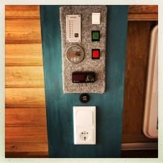 ELEKTRO: Nun musste ich noch die ganze Schalttafel verdrahten. Die Wasserpumpe und den Boiler mit den jeweiligen Schalter verklemmen. Das Wasserstandsanzeigemodul mit dem Sensor verbinden.