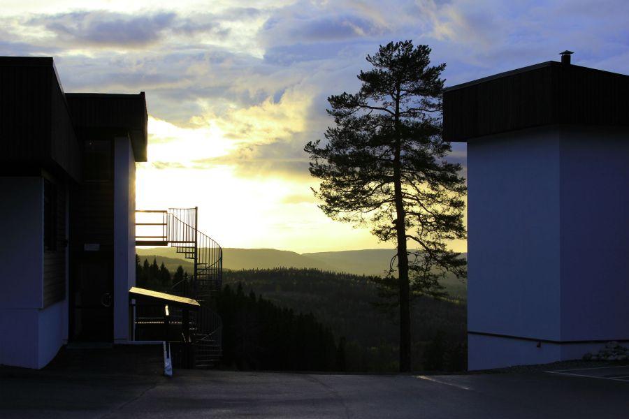 Solnedgång bakom Hallstahotellet i Sollefteå / Soulefteå