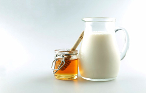 Mix milk and honey with almonds