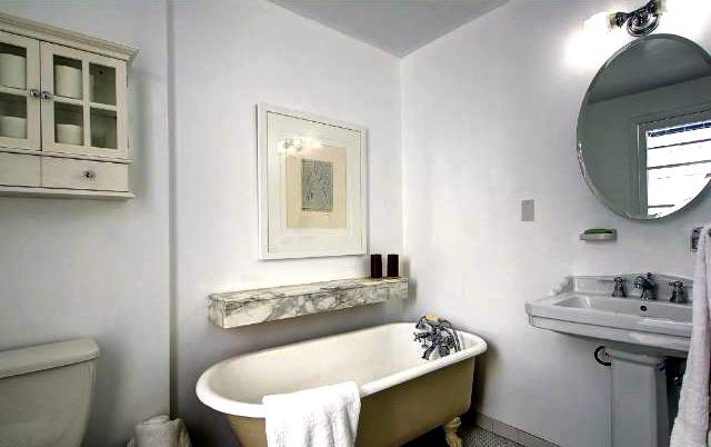 Bath with clawfoot tub