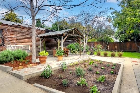Yard. Courtesy of Robert Kallick – Sotheby's