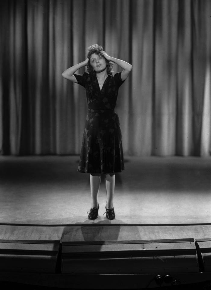 Edith-Piaf-Montmartre-sur-Seine-de-Georges-Lacombe-avec-Edith-Piaf-et-Henri-Vidal-en-1941-copyright-Rue-des-ArchivesRDA-px700.jpg