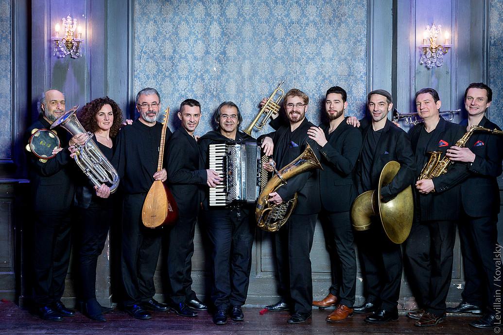 """Auf """"Babel Connexion"""" nimmt uns die internationale Formation HAÏDOUTI ORKESTAR mit auf eine musikalische Reise durch ihre Heimatländer Griechenland, Bulgarien, Türkei und Serbien // full Album stream"""