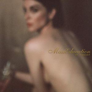"""Auf der neuen Platte vertont Annie Clark ihre letztjährige LP """"MASSEDUCTION"""" komplett akustisch • full Album stream"""