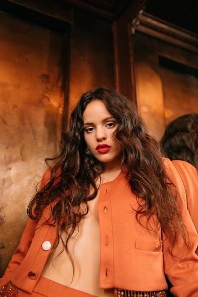 Rosalía mit neuem Video zu 'DE AQUÍ NO SALES (Cap.4: Disputa)