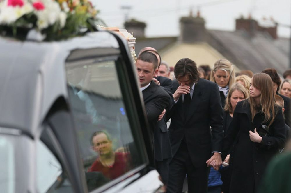 Jim-Carrey-joins-mourners-behind-the-coffin-of-ex-girlfriend-Cathriona-White-to-Our-Lady-of-Fatima-Church