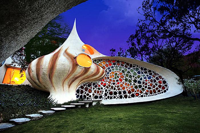 16-33-Worlds-Top-Strangest-Buildings-Nautilus-house