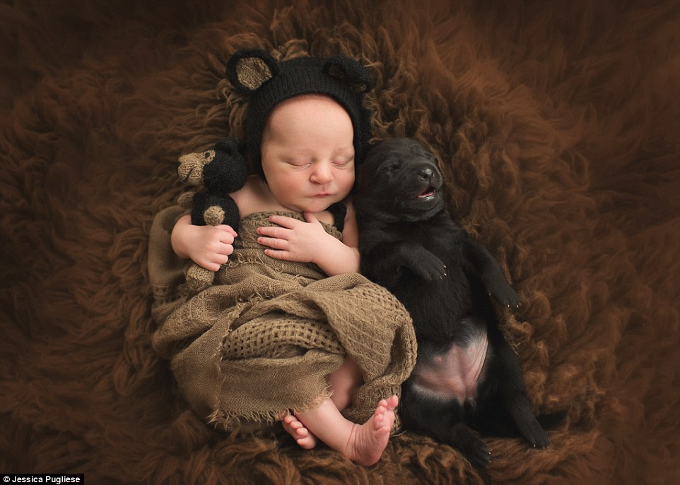 2F23AC9900000578-3349290-Another_heart_warming_image_shows_a_newborn_baby_curled_up_with_-a-8_1449498988637
