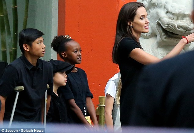 303DC34900000578-3403084-Mom_life_Angelina_Jolie_was_joined_by_five_of_her_children_at_th-m-41_1452993377780