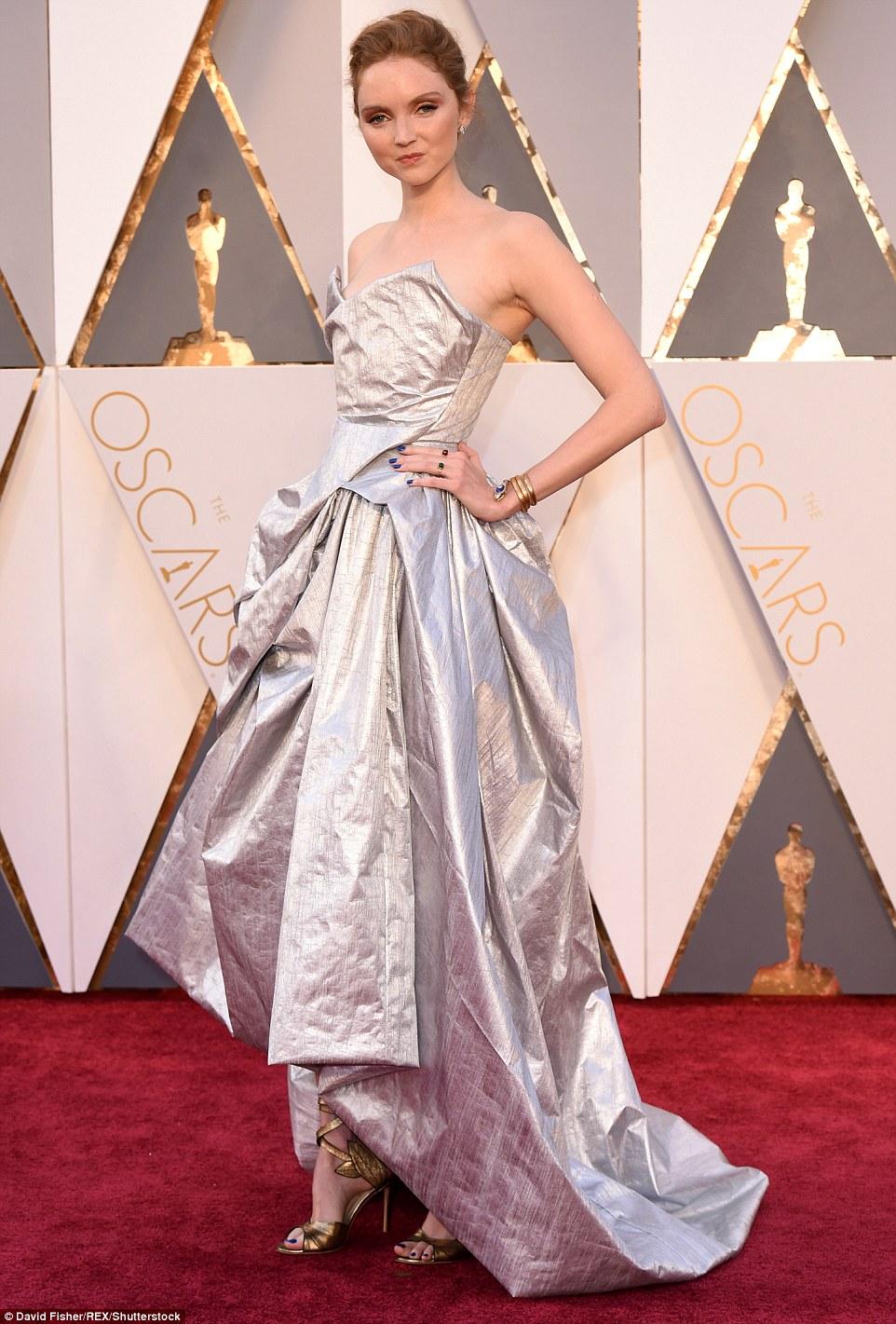 Модель Лили Коул кажется одела платье из фольги