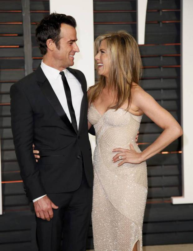 Actress Jennifer Aniston and fiance Justin Theroux arrive at the 2015 Vanity Fair Oscar Party in Beverly Hills, California February 22, 2015. REUTERS/Danny Moloshok (UNITED STATES - Tags:ENTERTAINMENT) (VANITYFAIR-ARRIVALS)