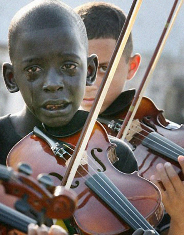 12-летний бразильский мальчик играет на скрипке на похоронах своего учителя, который помог ему с помощью музыки спастись от бедности