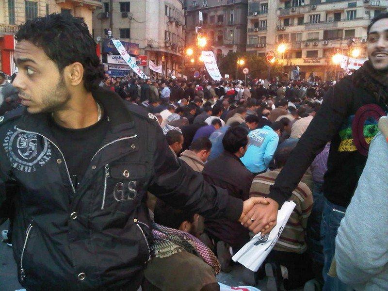 Христиане защищают мусульман во время молитвы посреди восстаний 2011 в Каире