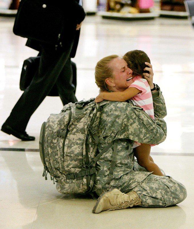 Мама встречает дочку после 7 месяцев службы в Ираке