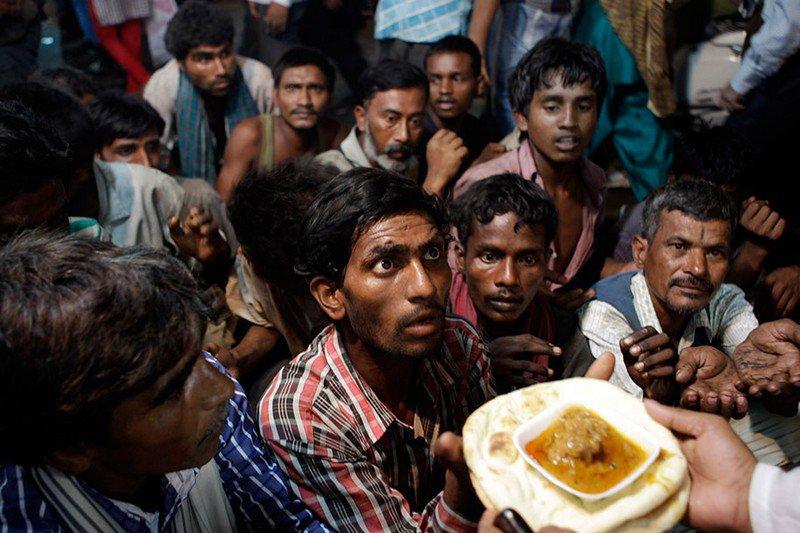 Индийские бездомные ждут еду