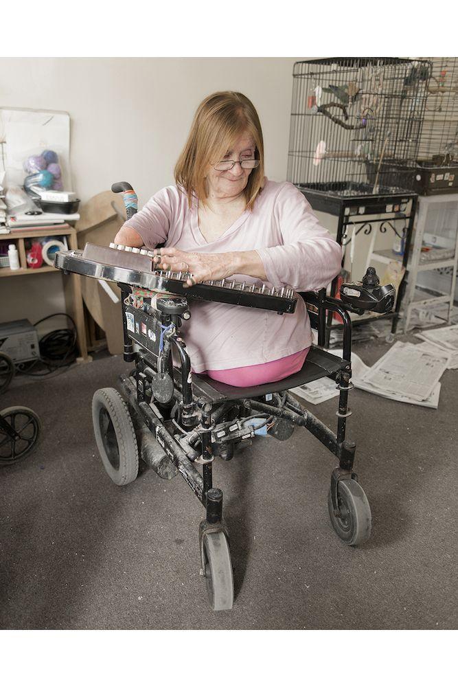 Сара родилась без ног и одной руки, но это не помешало ей стать художницей и скульптором