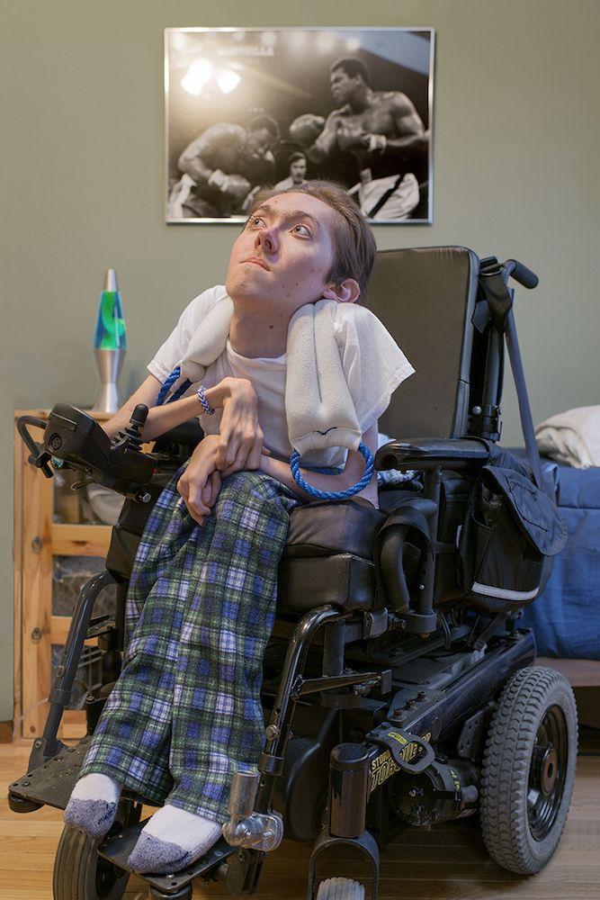 Стив родился с мышечной дистрофией, он - комик, создающий веб-сериалы, освещающие проблемы инвалидов