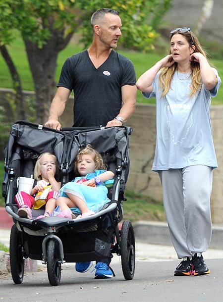 Дрю в начале июня с неизвестным мужчиной и дочерьми