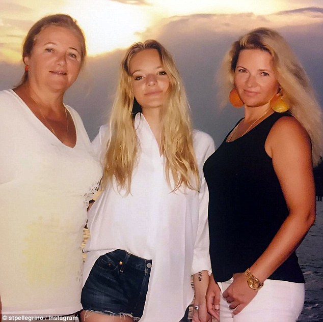 Лиза с мамой Екатериной (справа) и бабушкой (слева)