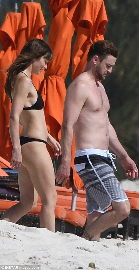 3a3e20d300000578-3924454-looking_good_showing_off_their_impressive_beach_bodies_the_duo_s-m-139_1478803728732