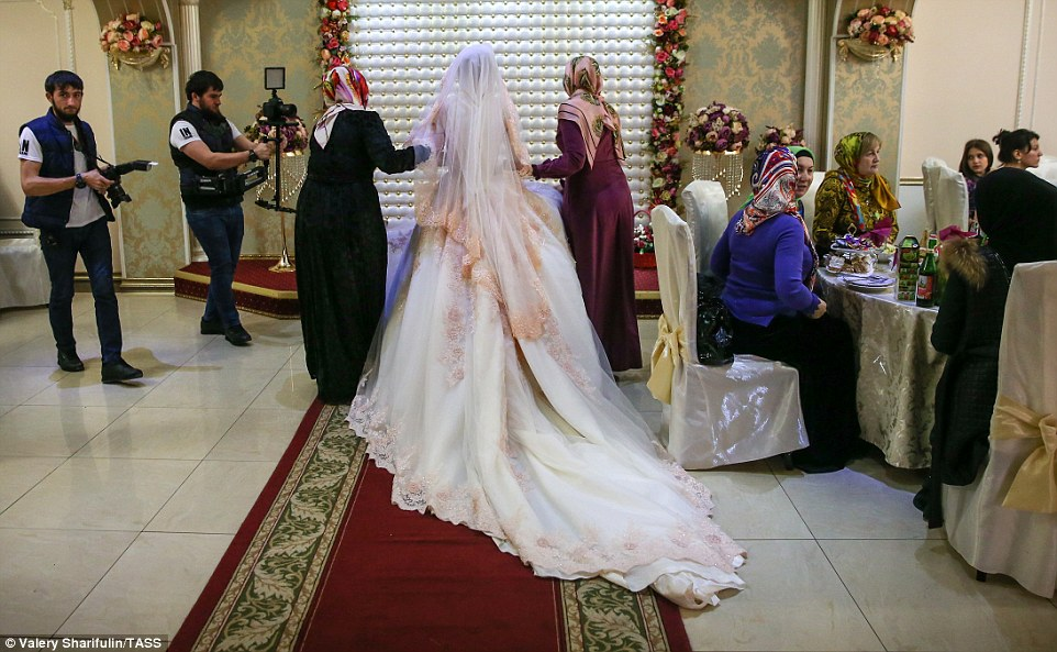 3ab684b100000578-3968480-as_she_makes_her_way_to_the_wedding_ceremony_the_bride_is_escort-a-52_1480006899333