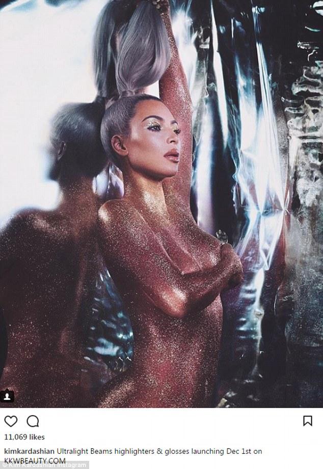Обнаженная Ким Кардашьян в глиттере рекламирует свою новую косметику — фото