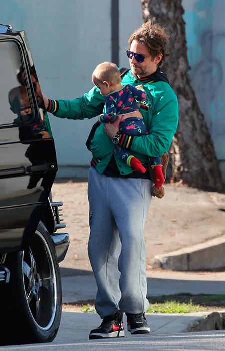 Брэдли Купер сам занимается дочкой, пока Ирина Шейк на съемках новые фото