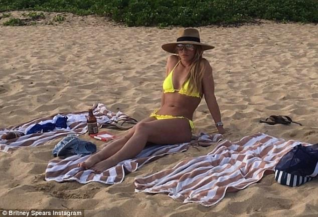 Бритни Спирс показала фигуру в крошечном бикини — фото