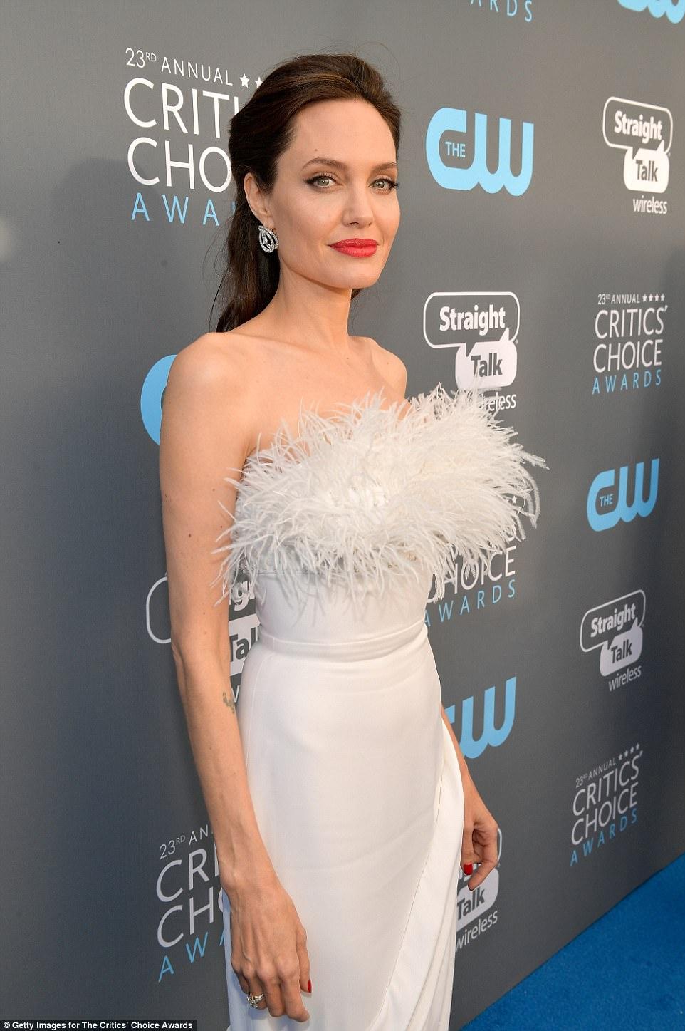 Даже белый наряд не скрыл худобу Джоли — фото