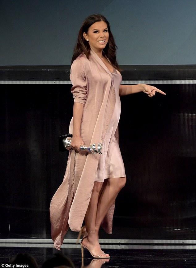 Ева Лонгория показала беременный живот в платье-комбинации — фото