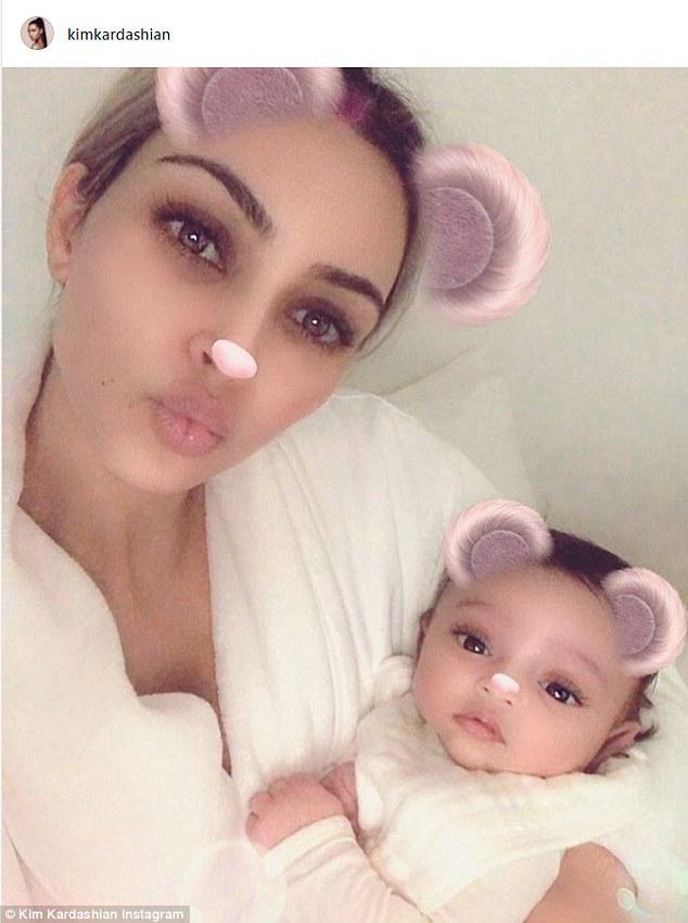 Ким Кардашьян выложила первое ФОТО своего третьего ребенка — дочки Чикаго