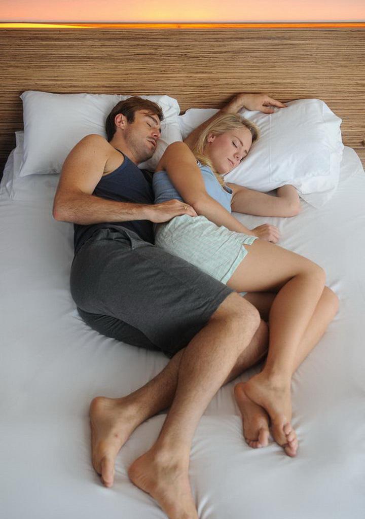 вышел шикарный жена лежит на спине муж ее трахает том было человек