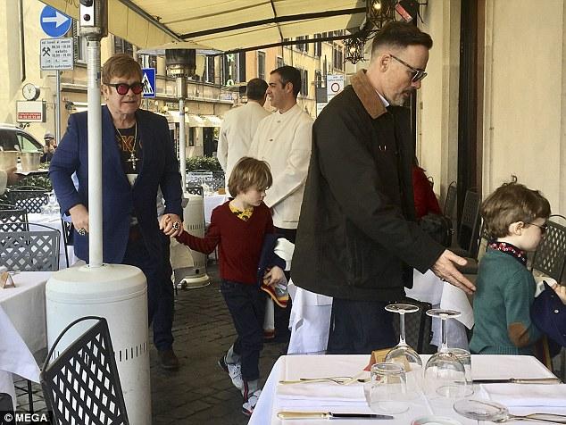 70-летний Элтон Джон отдыхает с мужем и сыновьями в Риме — фото