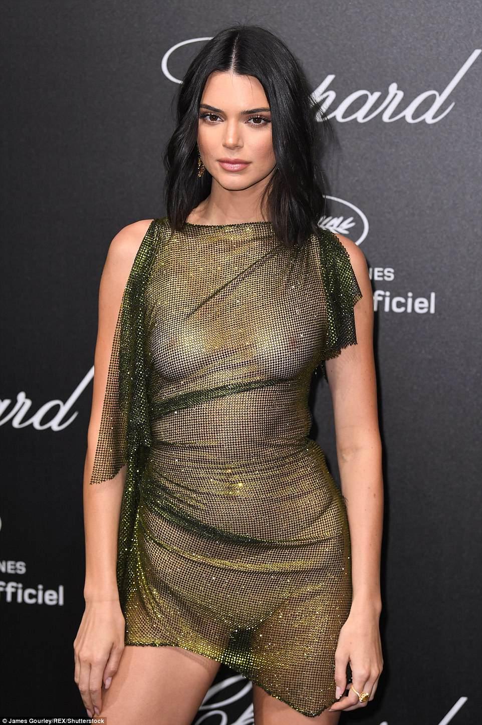 Кендалл Дженнер шокировала прозрачным платьем на голое тело — фото