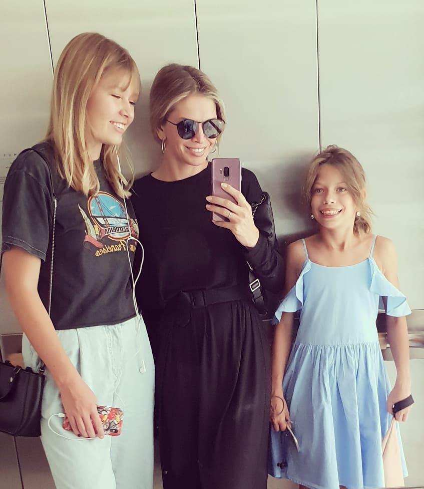 Вера Брежнева очаровала снимком с подросшими дочками — фото
