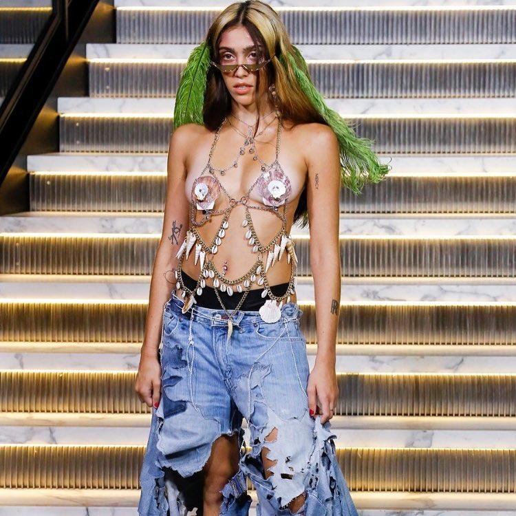 Дочь Мадонны дебютировала на Неделе моды с небритыми ногами и подмышками — фото
